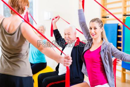 aeltere menschen in fitness kurs im