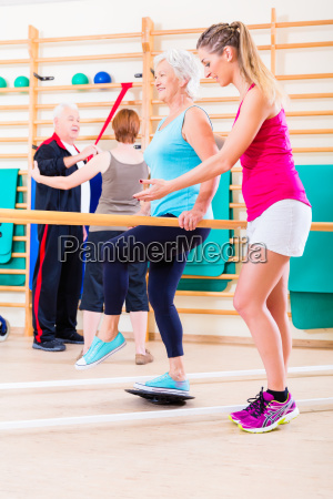 senioren in der physischen rehabilitationstherapie
