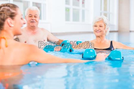 menschen in der wassergymnastik in der