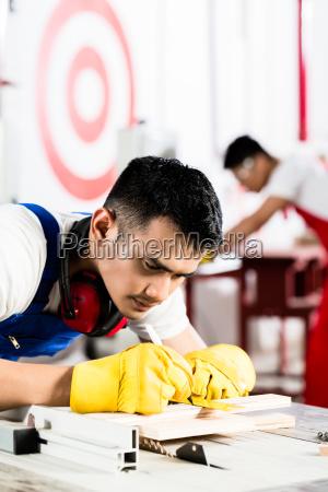 diligent arbeiter in der fabrik arbeiten