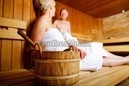 senioren in der sauna schwitzen und