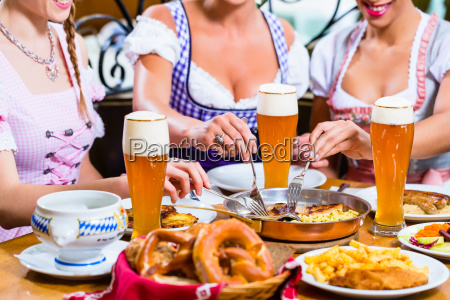 mujeres almorzando en el restaurante bavaro