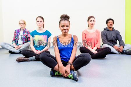 gruppe von freunden vermitteln yoga zu