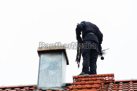 schornsteinfeger auf dach der hauptfunktion
