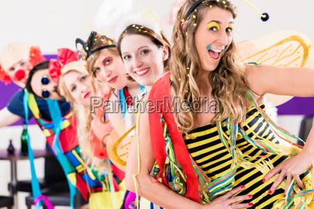 party leute feiern karneval oder neue