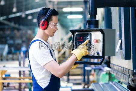 asiatische arbeitskraft die cnc metallsprung in
