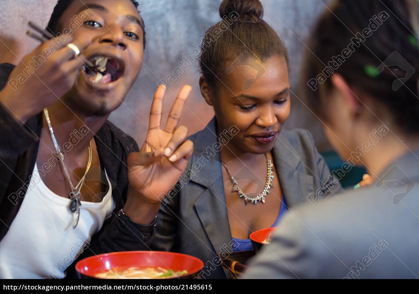 gruppe, von, jungen, schwarzen, menschen, essen - 21495615