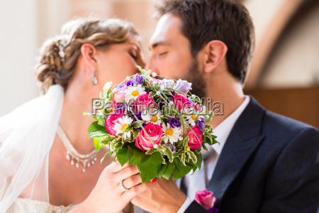 brautpaar geben kuss in der kirche