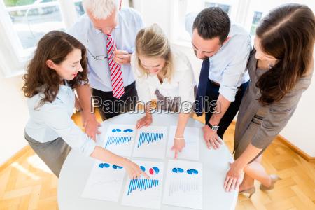 business team in strategie meeting diskutieren