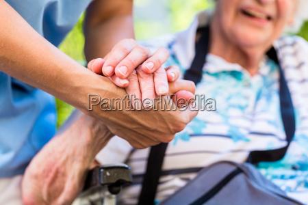krankenschwester troestete aeltere frau die ihre