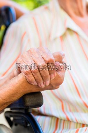 krankenschwester holding hand der aelteren frau