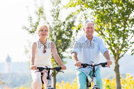 senior paar frau und mann reiten