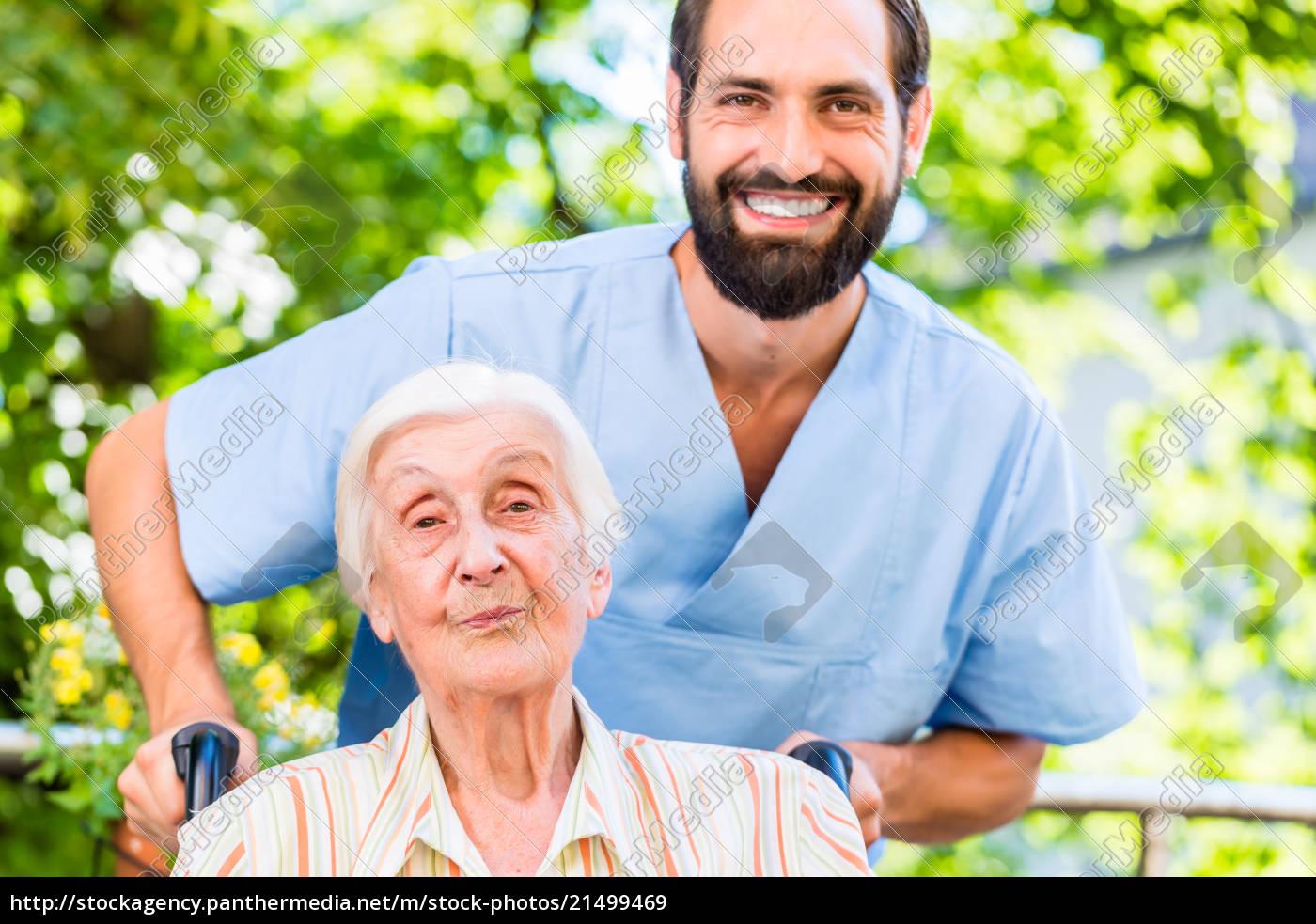 geriatrische, krankenschwester, drückt, ältere, dame, im - 21499469