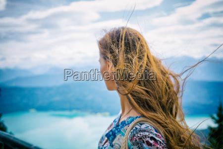 frau in den bergen mit blick