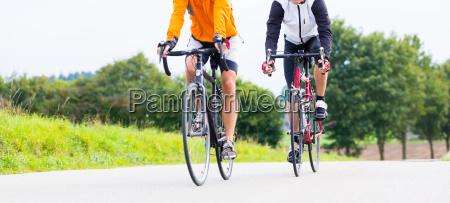 zwei radfahrer die mit ihren fahrraedern