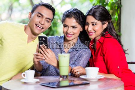 indisches maedchen das den freunden bilder