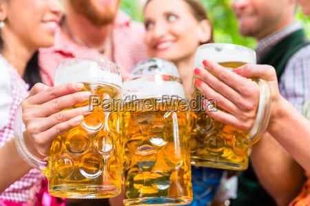 freundedie spass im biergarten beim klirren