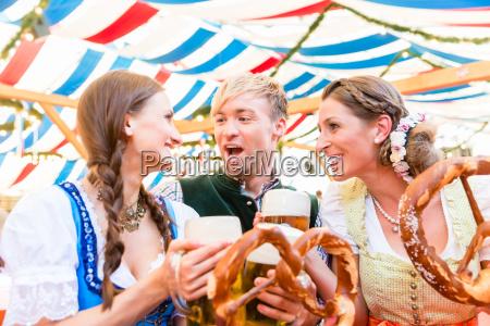 freunde essen riesige brezeln und trinken