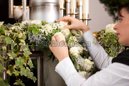 trauer weibliche mortician vorbereitung urne
