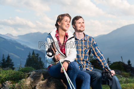 paar geniessen wandern in den alpinen