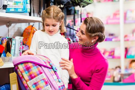 mutter und kind kaufen schulschultasche oder