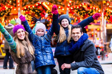 familie hat spass auf dem weihnachtsmarkt