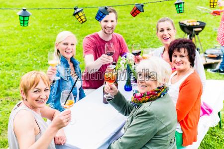 leute roesten auf party im hintergrund