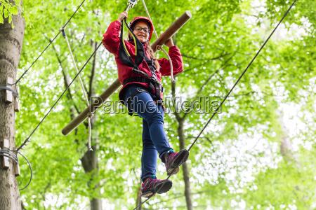 kind erreicht plattform klettern im hochseil