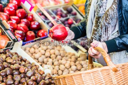frau kaufen obst auf marktstand