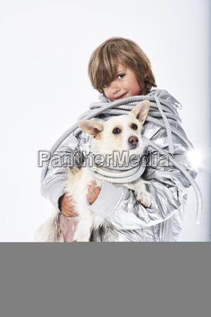 portraet eines jungen tragen fancy kleid