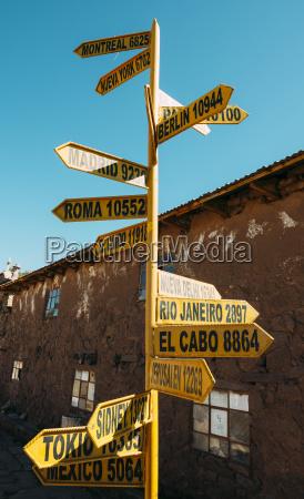 peru titicacasee taquile insel wegweiser mit