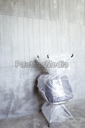 zwei gepackte buerostuehle an der baustelle