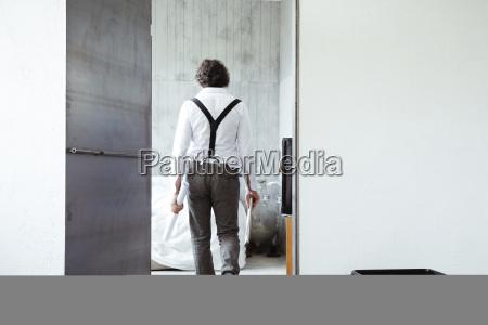 hintere ansicht des architekten mit skizzenbuch