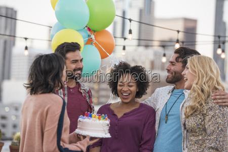 freunde feiern geburtstagsfeier auf daecher mit
