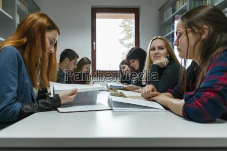 gruppe von studenten lernen zusammen in