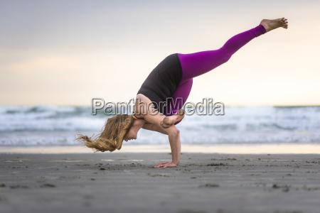 yoga am strand in den elementen