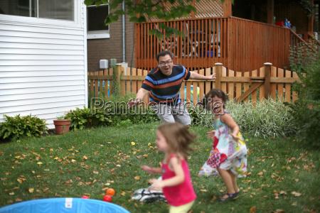 ein mann spielt mit seinen kindern