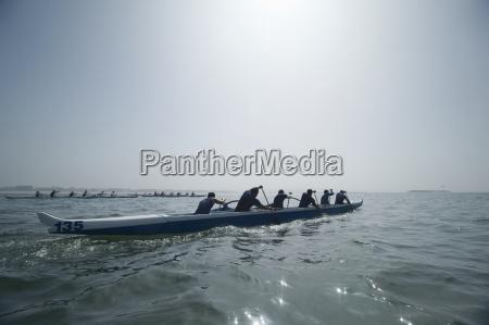 outrigger canoeing team im rennen