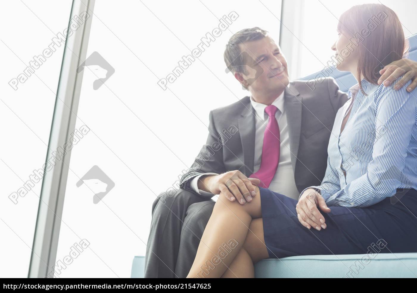 älterer, geschäftsmann, flirtet, mit, weiblichen, kollegen - 21547625