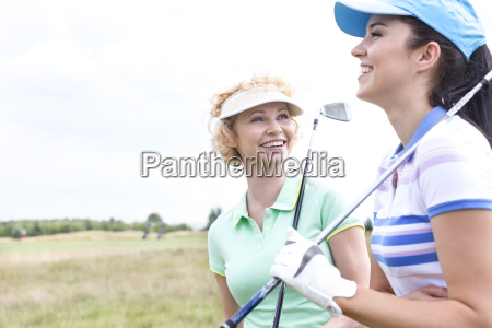 freundliche freundinnen am golfplatz