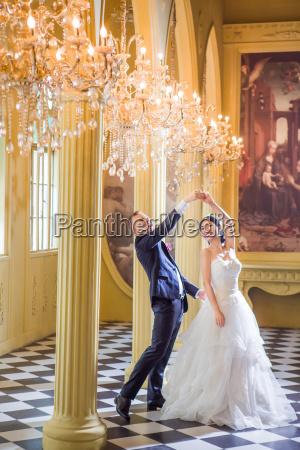 froehliche hochzeitspaar tanzen in der kirche