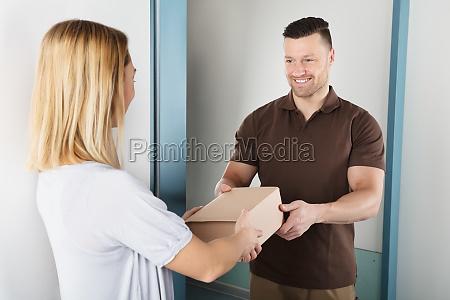 lieferung mann der paket box zur