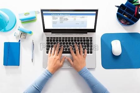 frau die online banking auf laptop