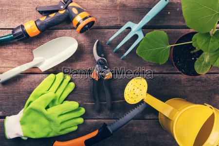 gartenarbeit werkzeuge und ausruestung auf alten