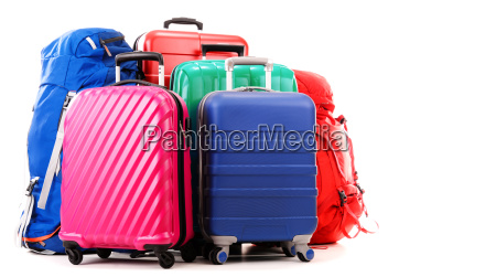 koffer und rucksaecke isoliert auf weiss