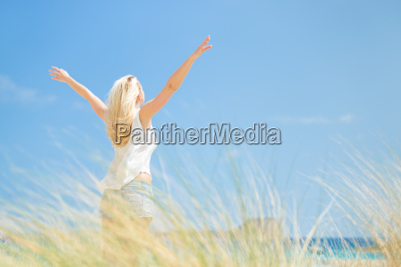 free happy woman geniessen sonne auf