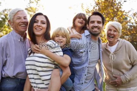 portraet von multi generation familie standing