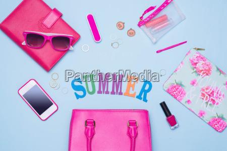 sommerkonzept rosa handtasche mit zubehoer auf