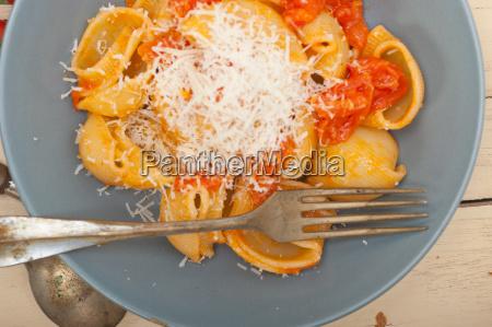 italienische schneckenlumaconi pasta mit tomaten