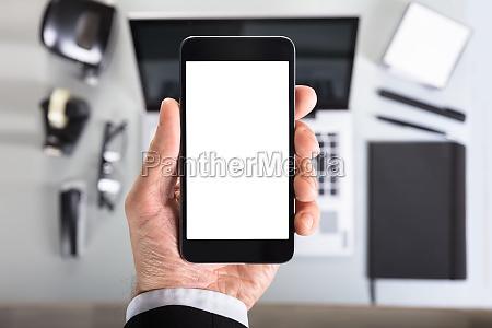 hand zeigt smart phone bildschirm